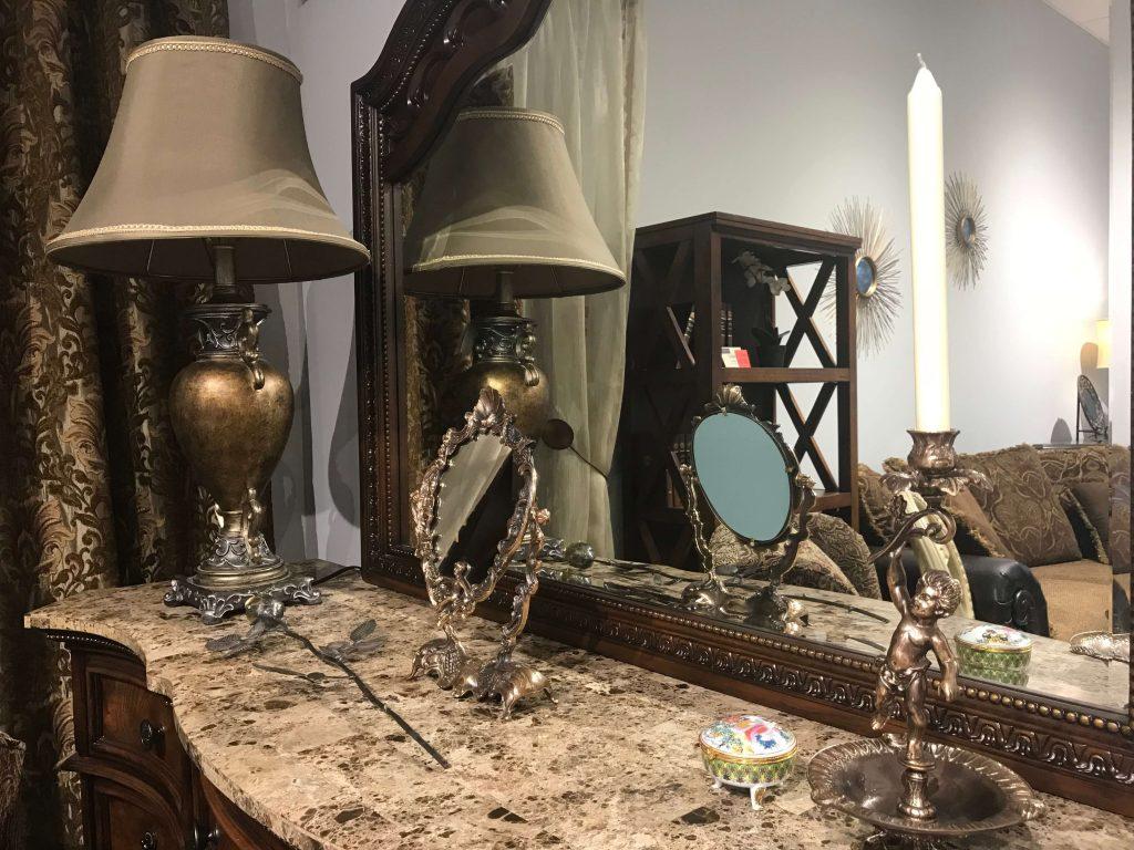 šviestuvas ir veidrodis